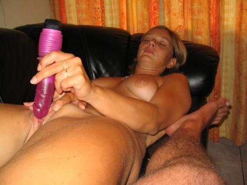 Une amatrice se masturbe avec son gode devant son mari.