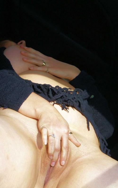 Une amatrice jouit pendant la masturbation alors qu'elle se doigte.